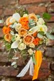 Mazzo bianco ed arancio di nozze immagini stock libere da diritti