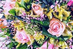 Mazzo bianco fatto con le rose bianche Immagine Stock