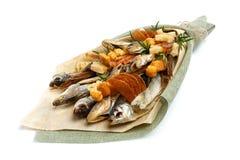 Mazzo che consiste dello stoccafisso salato delle razze differenti, delle fette di calamaro secco e di altre bugie del pesce su u immagini stock libere da diritti
