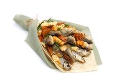 Mazzo che consiste dello stoccafisso salato delle razze differenti, delle fette di calamaro secco e di altre bugie del pesce su u immagini stock