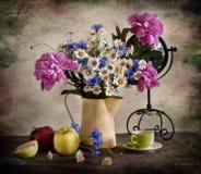 Mazzo con i pi-mesoni, i corn-flowers e i camomiles Immagine Stock