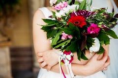 Mazzo d'annata di nozze nella donna delle mani Fotografia Stock Libera da Diritti