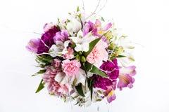 Mazzo dai gillyflowers e dal alstroemeria rosa e porpora su wh Fotografia Stock
