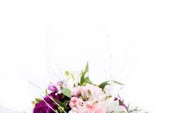 Mazzo dai gillyflowers rosa e porpora con alstroemeria su w Fotografia Stock