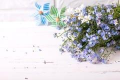 Mazzo dai nontiscordardime o fiori e dicembre blu freschi del miosotis immagine stock