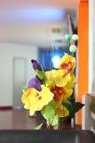Mazzo decorativo dei fiori artificiali gialli e porpora Immagini Stock