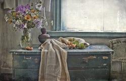 Mazzo dei fiori ad una finestra Fotografia Stock Libera da Diritti