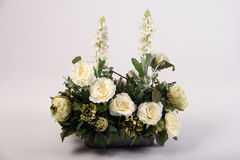 Mazzo dei fiori artificiali nel vaso su bianco Fotografia Stock Libera da Diritti