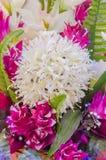 Mazzo dei fiori bianchi del lampone artificiale su una tavola nel corridoio per le celebrazioni di nozze Fotografia Stock