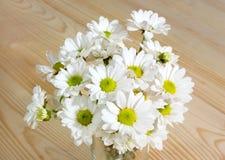 Mazzo dei fiori bianchi sui precedenti di legno immagini stock
