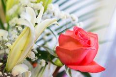 mazzo dei fiori con un giglio rosa e bianco rosa Fotografia Stock Libera da Diritti