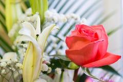 mazzo dei fiori con un giglio rosa e bianco rosa Fotografie Stock Libere da Diritti