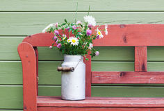 Mazzo dei fiori del campo in bidone di latte d'annata Fotografia Stock Libera da Diritti