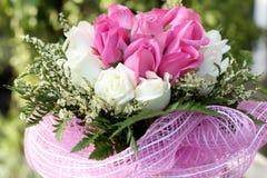 Mazzo dei fiori della rosa di bianco e di rosa Fotografie Stock
