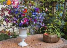 Mazzo dei fiori di autunno in un vaso Immagini Stock
