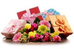 Mazzo dei fiori e dei contenitori di regalo su bianco Fotografie Stock Libere da Diritti