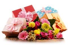 Mazzo dei fiori e dei contenitori di regalo su bianco Fotografia Stock