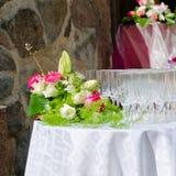 Mazzo dei fiori e dei vetri di vino per le nozze Fotografia Stock Libera da Diritti