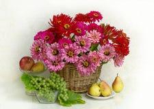 Mazzo dei fiori e della frutta immagini stock libere da diritti
