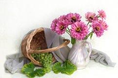 Mazzo dei fiori e dei frutti su fondo bianco immagine stock