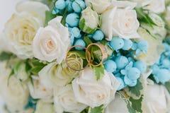 Mazzo dei fiori Il bride' mazzo di s Mazzo nuziale Floristics Anelli di cerimonia nuziale fotografia stock libera da diritti