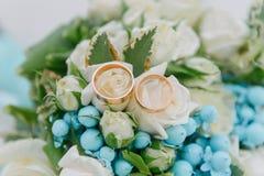 Mazzo dei fiori Il bride' mazzo di s Mazzo nuziale Floristics Anelli di cerimonia nuziale immagini stock