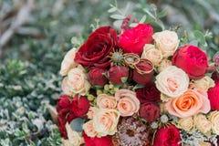 Mazzo dei fiori Il bride' mazzo di s Mazzo nuziale Floristics Anelli di cerimonia nuziale immagine stock