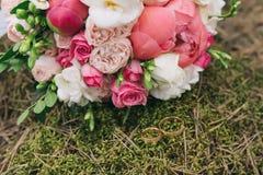 Mazzo dei fiori Il mazzo del ` s della sposa Mazzo nuziale Floristics Anelli di cerimonia nuziale Fotografia Stock Libera da Diritti
