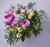 Mazzo dei fiori isolati su fondo porpora Bello collage della foto per la celebrazione della carta e di progettazione floreale Immagini Stock Libere da Diritti