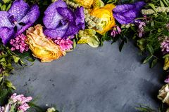 Mazzo dei fiori luminosi per le donne giorno, fondo di giorno di madre Disposizione piana Vista superiore immagini stock libere da diritti