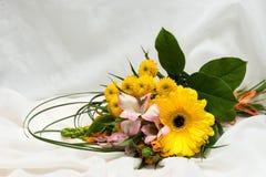 Mazzo dei fiori rosa, bianchi, arancio e gialli Molti fiori differenti Grande fioritura della gerbera Crisantemo di fioritura Fotografia Stock