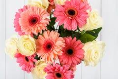 Mazzo dei fiori rosa della gerbera e delle rose bianche Immagini Stock Libere da Diritti