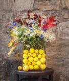 Mazzo dei fiori selvaggi e di Autumn Leaves variopinto fotografia stock libera da diritti