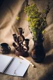 Mazzo dei fiori selvaggi in un vaso scuro fotografie stock libere da diritti