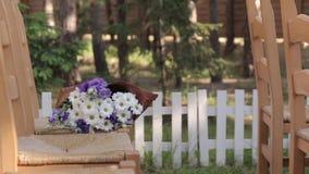 Mazzo dei fiori su una sedia archivi video