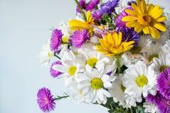Mazzo dei fiori sui precedenti bianchi Foto del primo piano fotografia stock libera da diritti