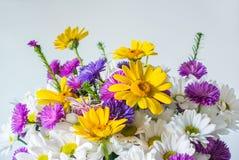 Mazzo dei fiori sui precedenti grigi fotografia stock