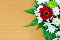 Mazzo dei fiori sulla tavola di legno Fotografie Stock