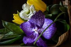 Mazzo dei fiori sulla tavola su un fondo scuro Immagine Stock