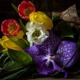 Mazzo dei fiori sulla tavola su un fondo scuro Immagini Stock Libere da Diritti