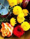 Mazzo dei fiori Tulipani, rose, crisantemi con il reggiseno verde Fotografia Stock Libera da Diritti