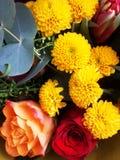 Mazzo dei fiori Tulipani, rose, crisantemi con il reggiseno verde Fotografie Stock Libere da Diritti