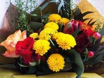 Mazzo dei fiori Tulipani, rose, crisantemi con il reggiseno verde Fotografia Stock