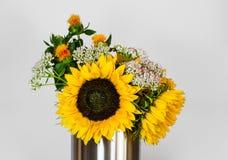 Mazzo dei girasoli con le foglie ed altri fiori, su fondo bianco fotografia stock