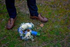 Mazzo dei piedi del ` s dello sposo e della sposa fotografia stock