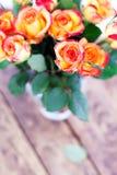 Mazzo dei regali delle rose sulla tavola. immagini stock libere da diritti