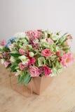 Mazzo dei ricchi dell'ortensia Fondo floristico d'annata, rose variopinte, nell'elaborazione del pacchetto sulla tavola di legno Fotografia Stock Libera da Diritti