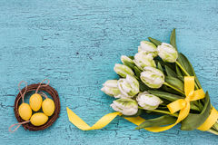 Mazzo dei tulipani bianchi e delle uova di Pasqua decorative Fondo di Pasqua, Fotografia Stock Libera da Diritti