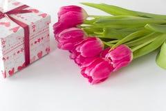 Mazzo dei tulipani con il contenitore di regalo Fotografie Stock