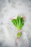 Mazzo dei tulipani con l'arco immagine stock libera da diritti